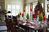 Wohnraum mit weihnachtlich dekoriertem Esstisch