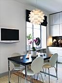 Küche in Weiss und Schwarz mit Esstisch, Küchenstühlen, Fernseher & moderner Deckenleuchte