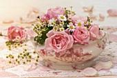 Schale mit Rosen und Kamille