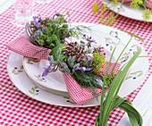 Tischgedeck mit Kräuterdeko: Blüten von Oregano, Borretsch und Fenchel
