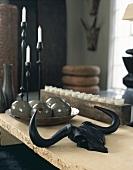 Geweih, Deko-Kugeln und Kerzenständer auf Tisch