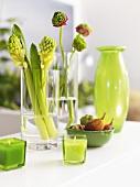 Frühlingsdeko in Hellgrün (Blumen, Kerzen, Vase)