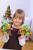 Kleines Mädchen mit Weihnachts-Potpourri in der Hand