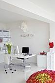Büro in Weiss mit Schreibtisch, Drehstühlen & Büroschränken