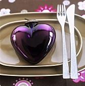 Herzförmiger Baumschmuck als Tellerdeko