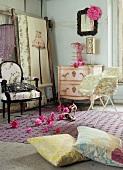 Feminines Schlafzimmer mit rosa Kommode, Stühlen & pinker Blumendeko