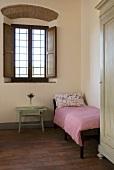 Gästezimmer mit Bett im Mediterraner Landhaus