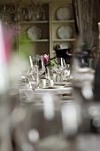 Gedeckter Tisch im Hotelrestaurant Château Mcely (Tschechische Republik)