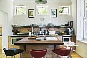 Küche mit Kücheninsel im Haus St James (Cape Town, Südafrika)