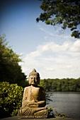 Buddhastatue am See