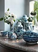 Chinesisches Teeporzellan weiss, blau auf einer Fensterbank