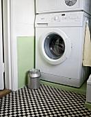 alte milchkanne vor waschmaschine auf badboden mit. Black Bedroom Furniture Sets. Home Design Ideas