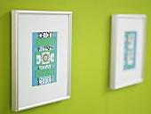 Gerahmte Papierarbeit auf grüner Wand