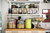 Vorratsgläser und Dose auf Küchenschrank
