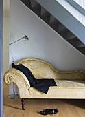 Chaiselongue mit Jacke und Schuhen in Treppennische