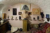 Room with a barrel vault ceiling - assorted busts on consoles on a pink wall