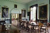 Barockes Esszimmer im Schloss mit restaurierten Stuckarbeiten und elegantem Holzmobiliar