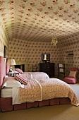 Schlafraum mit Einzelbetten und Blumenmuster an Wand und Decke