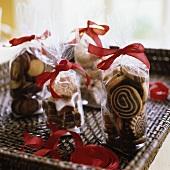 Weihnachtsplätzchen in der Tüte mit roter Schleife