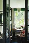Sekretär vor Fenster in Minibibliothek