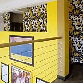 Galerie mit Blick auf gelbe Wand und Tapete mit floralem Muster