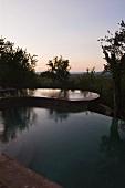 Abendstimmung über Pool in südafrikanischer Landschaft