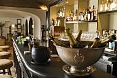 Bar - Champagnerflaschen im Kühler auf der Theke mit Blick in die Lounge