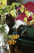 Stillleben - Messingbecher und Blumenvase auf Holzablage