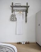 Rustikale Garderobe mit weißem Kleid im Schlafraum