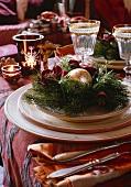 Weihnachtsdeko auf Gedeck mit Weingläsern
