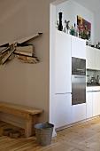 Moderne offene Küche mit weissen und Edelstahlfronten