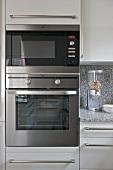 Kücheneinbaugeräte mit Edelstahlfront im grauen Einbauschrank