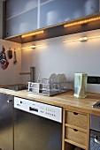 Moderne Küche mit Holzunterschränken und Geschirrspüler