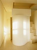Treppenhaus mit modernem Einbau in geschwungener Form neben Sambatreppe