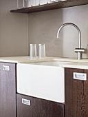 Moderne Küche mit Holzschrankfronten und Spüle mit Armatur
