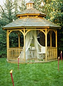 Pavillon aus Holz im japanischen Stil im Garten