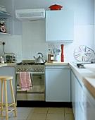 Moderne Küche mit weissen Fronten und Edelstahlherd