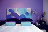 Doppelbett mit abstrakt gemustertem Kopfteil