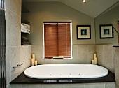 Modern gefliestes Badezimmer mit Whirlpool