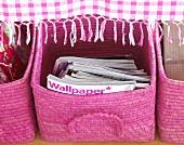 Rosa Körbchen mit Zeitschriften