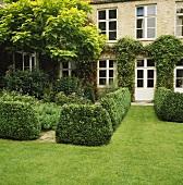 In Form geschnittene Hecken im Garten