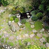 Luftaufnahme von einem im japanischen Stil angelegten Garten mit kleinem Teich
