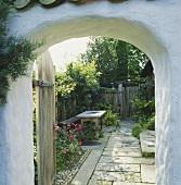 Blick in den Innenhof durch ein offenes Tor