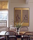Eingerahmte chinesische Zeichnung an der Wand über einem Esstisch mit Windsor-Stühlen