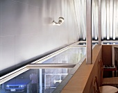 Ausschnitt Dachgeschossraum mit horizontaler Verglasung und Blick nach Aussen
