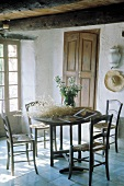 Runder Esstisch mit vier Stühlen in einem rustikalen französischen Bauernhaus