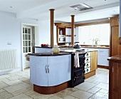 Freistehende Kochinsel in moderner Küche mit weißem Travertin Bodenfliesen