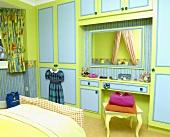 Kinderzimmer mit blau grüner Bemalung der Einbauschränke