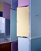 Farbige Türen des Badezimmerschrankes stehen offen