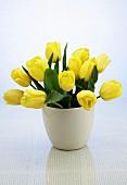 Gelber Tulpenstrauss in weisser Keramikvase